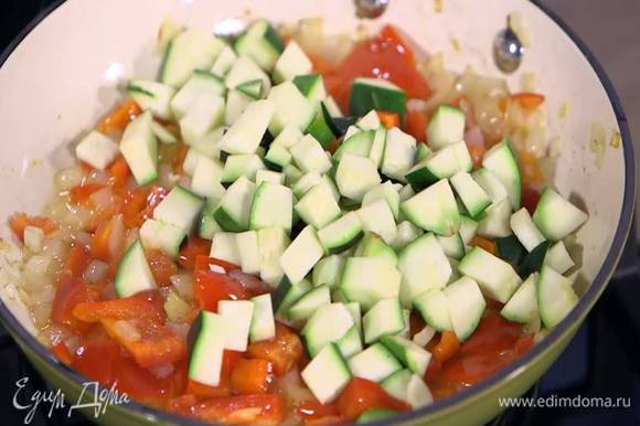 Цукини нарезать небольшими кубиками, добавить в сковороду, посолить и перемешать.