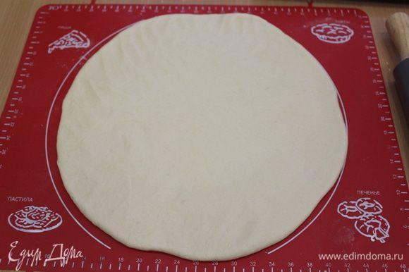 Раскатать тесто диаметром 35 — 40 см.