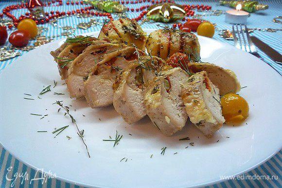 Ароматная, сочная курочка с румяной картошечкой готова. Можно подавать на стол. Приятного аппетита.