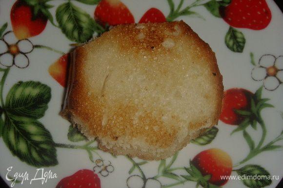 Белый хлеб обжарить на небольшом количестве масла. Сыр натереть на терке.