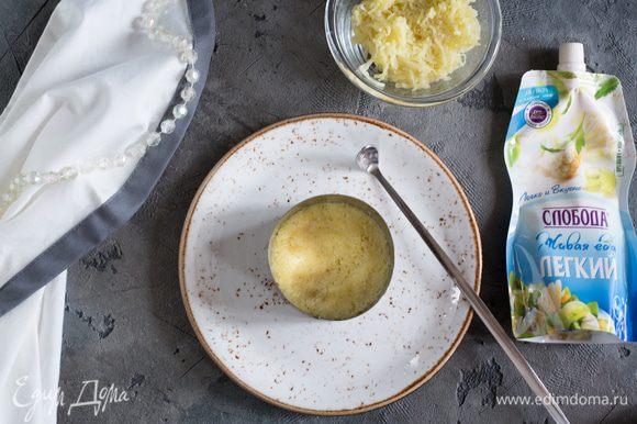 Соберем салат, нам понадобиться форма диаметром 8 см. Равномерным слоем выкладываем картофель.