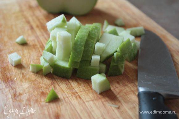 Хотя Ольга Рыжова упоминала тертое яблоко, я бы рекомендовала его не тереть, а также нарезать кубиком. Дело в том, что тертое яблоко даст дополнительный сок и салат получится более водянистым.