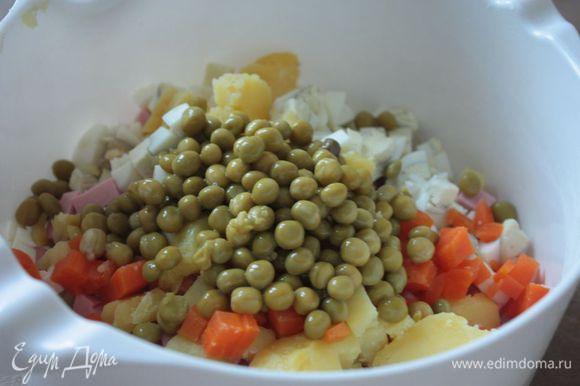Сложите все ингредиенты в емкость, посолите по вкусу и заправьте сметаной или майонезом.