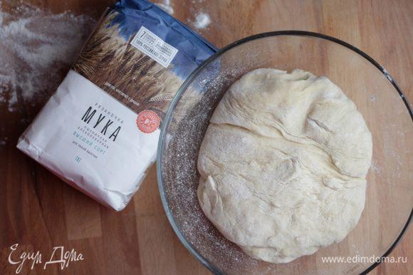 Хорошо перемешать муку с яично-сахарной смесью, затем влить молоко с дрожжами и замесить мягкое тесто.