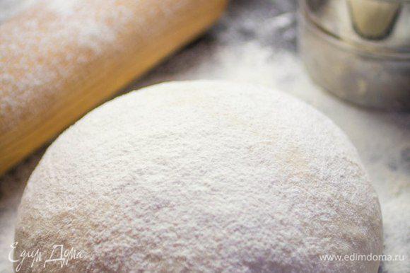 Сложить тесто в шар, накрыть полотенцем и оставить на 1 час.