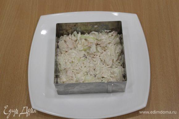 Лишнюю жидкость слить с лука, перемешать с нарезанной мелкими кубиками курицей, добавить немного майонеза, выложить в форму.