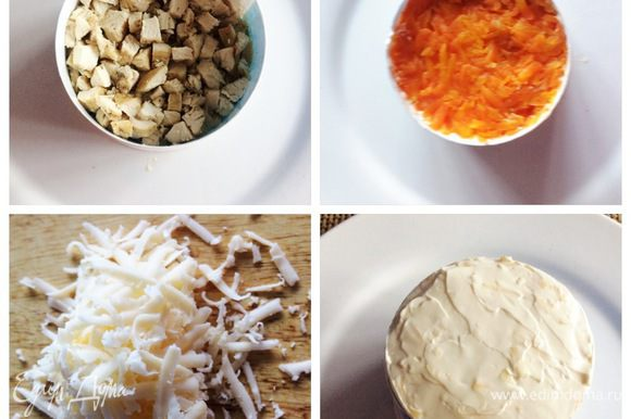 На слой картофеля добавляем слой жареных с луком грибов. Охлажденное куриное филе нарезаем на кубики. И укладываем поверх грибов, добавляем немного майонеза. Следующий слой — это тертая вареная морковь, майонез. И последний слой — сыр, который также промазываем майонезом. Отправляем салат на пару часов в холодильник.
