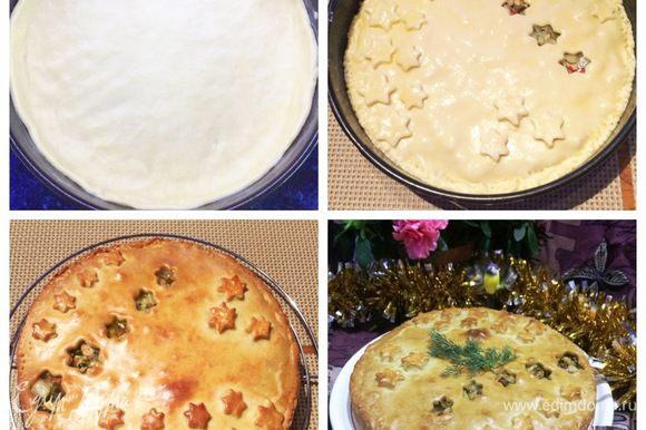 Дно формы, 26 см, застелить пекарской бумагой, обмазать сливочным маслом. Разделить тесто на две части — большую и меньшую. Раскатать больший пласт и распределить тесто в форме, формируя бортики. Выложить начинку на тесто, а сверху накрыть вторым коржом. При помощи вилки скрепить пирог по краям, смазать пирог яйцом. Отправляем в разогретую духовку до 180°С и выпекаем минут 30 — 40 (следим за своей духовкой). Вынимаем, остужаем на решетке минут 20 — 30 и подаем к столу. Приятного аппетита!