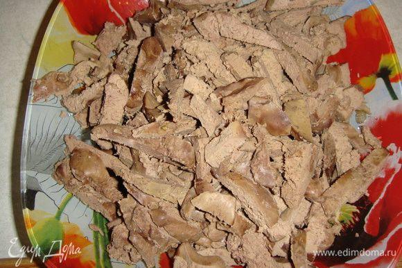 Печень отварить в подсоленной воде, остудить и нарезать соломкой.
