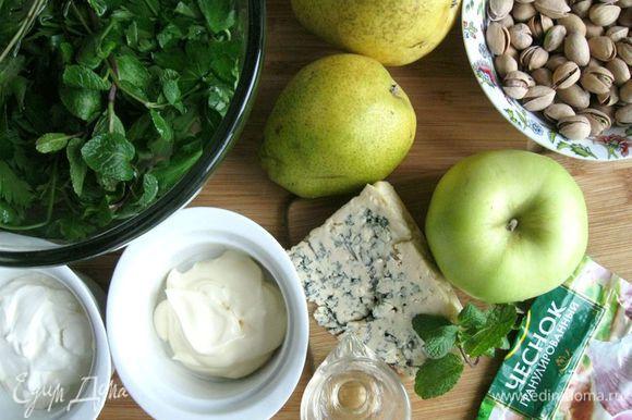 Приготовить все необходимое. Груши и яблоко помыть. Выдавить лимонный сок в миску.