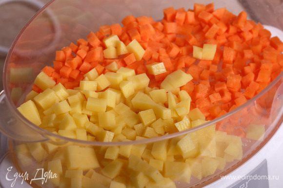 Морковь и картофель почистить. Я отвариваю уже нарезанные кубиками овощи в пароварке в течение 25 минут. Остудить.