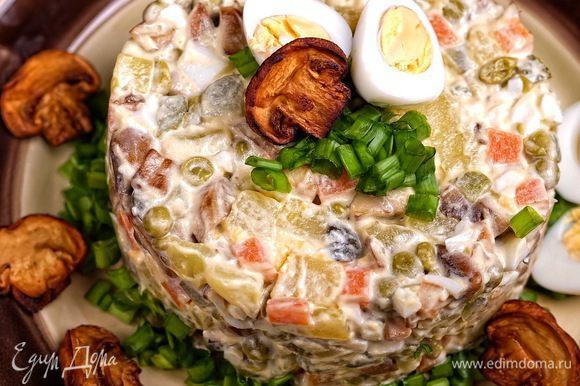 Подавать порционно, украсив перепелиными яйцами, мелко нарубленным зеленым луком и ломтиками шампиньонов.