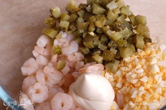 Соединяем вместе креветки, нарезанные кубиком огурцы, нарубленные яйца и майонез. Перемешиваем.