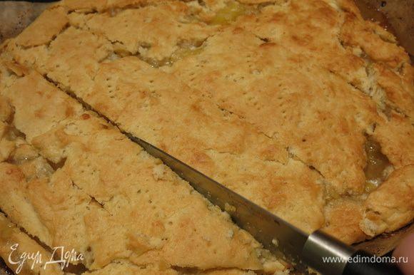 Нарезаем пирог горячим. Перед подачей посыпаем пудрой сахарной. Приятного аппетита!