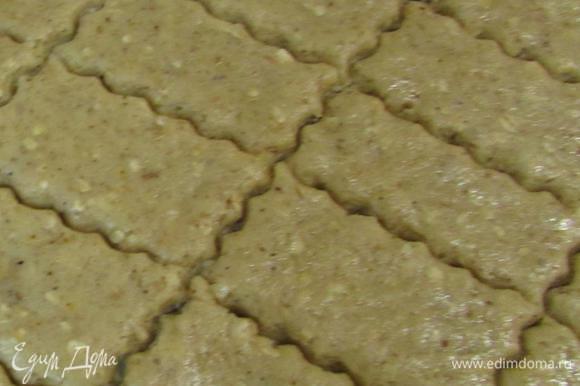Каждую часть теста раскатать между двумя листами пергамента до толщины 5 — 7 мм. И нарезать на небольшие прямоугольнички.