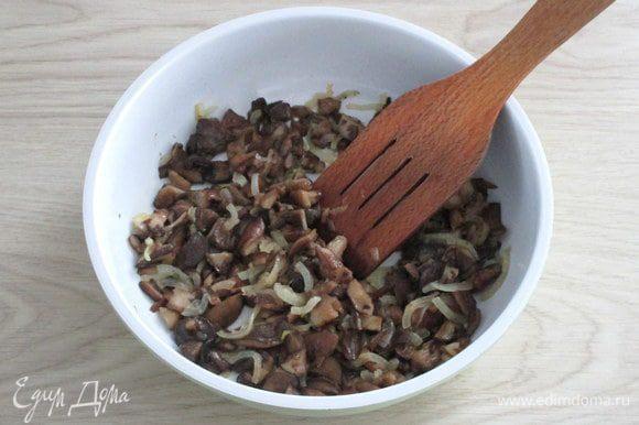 Грибы для салата нужно обжарить на растительном масле с луком, посолить по вкусу.