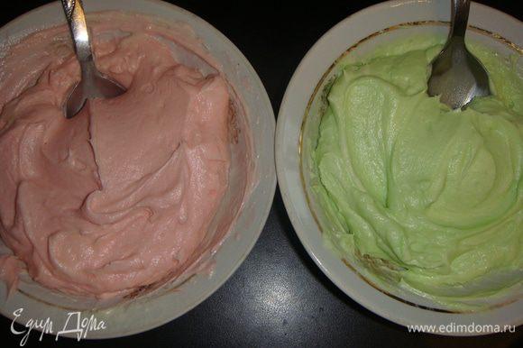 Я разделила крем пополам и добавила по разному красителю в каждую порцию крема.