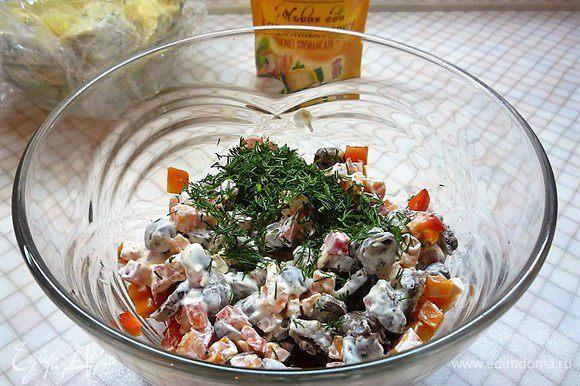Смешиваем с оставшимся майонезом, добавляем зелень, солим и перчим по вкусу.