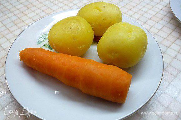 Картофель и морковь отвариваем в подсоленной воде в течении 20 минут и очищаем.