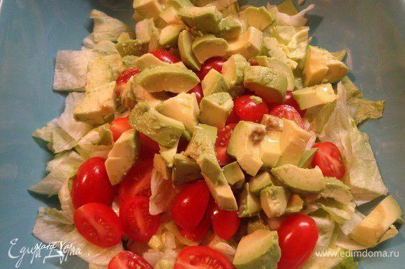 Авокадо очистим, порежем кусочками, сбрызнем соком лимона и отправим в салатник.