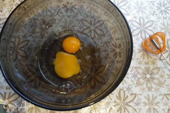 Приготовление теста. Разобьем яйца в миску.