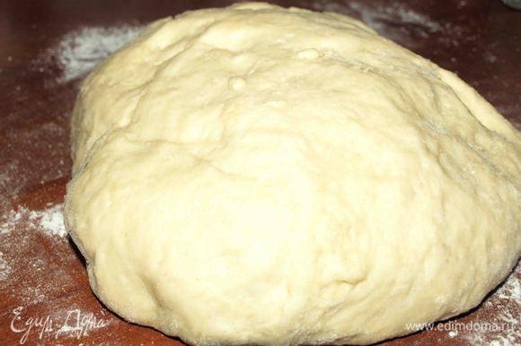 Когда тесто увеличится перекладываем его на поверхность присыпанную мукой. Отделяем для основы пирога большую часть.