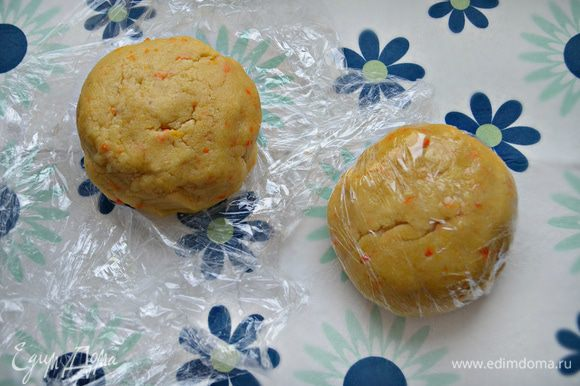 Разделите тесто на две части, сформируйте шары, заверните их в пищевую пленку и положите на 30 минут в морозильную камеру.