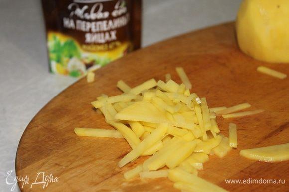 Картофель очистите и нарежьте тонкой соломкой.