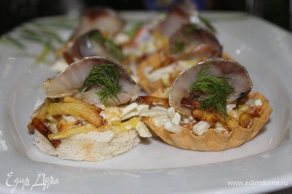 На ломтики хлеба или в тарталетки положите салат из картофеля и яблока, сверху ломтик сельди, украсьте веточкой укропа и наслаждайтесь.