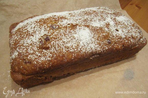 Затем извлекаем кекс из формы и даем ему полностью остыть. При желании присыпаем сахарной пудрой.