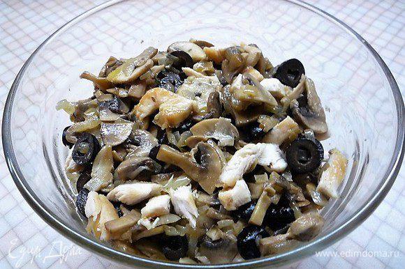 В чашке смешиваем куриное мясо с грибами, луком и маслинами. Сыр натираем на крупной терке.