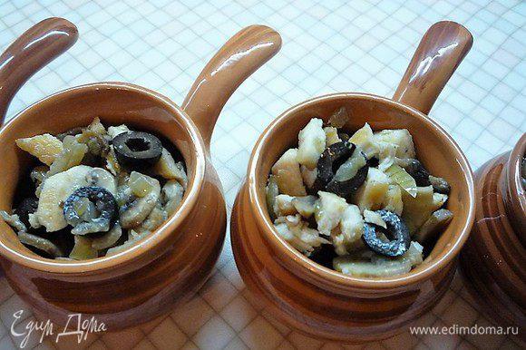 Выкладываем получившуюся смесь по кокотницам, заливаем соусом.