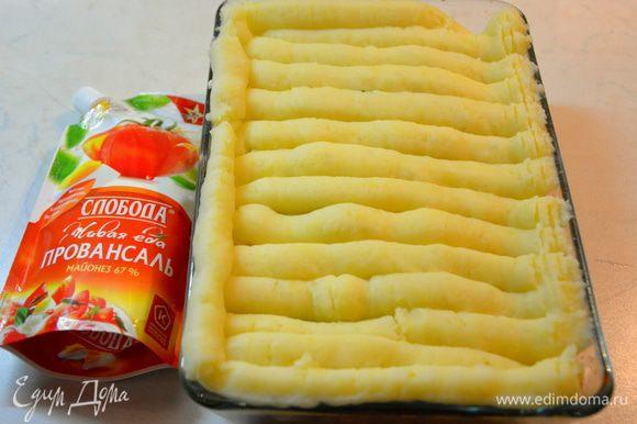 Картофель отварить, слить воду, добавить сливочное масло и молоко. Приготовить пюре. Выложить пюре поверх нашей запеканки. Выпекать при 200°С, 25 минут.