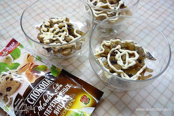 В порционные салатники слоями укладываем: первым слоем — грибы с луком, промазываем майонезом ТМ «Слобода» На перепелиных яйцах.