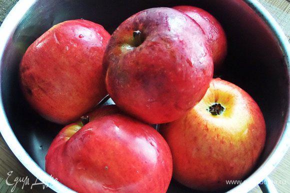 Яблоки среднего размера вымыть.
