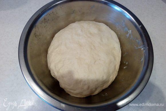 Обмятое тесто снова накрываем пищевой пленкой и отправляем в теплое место еще на 1,5 часа.