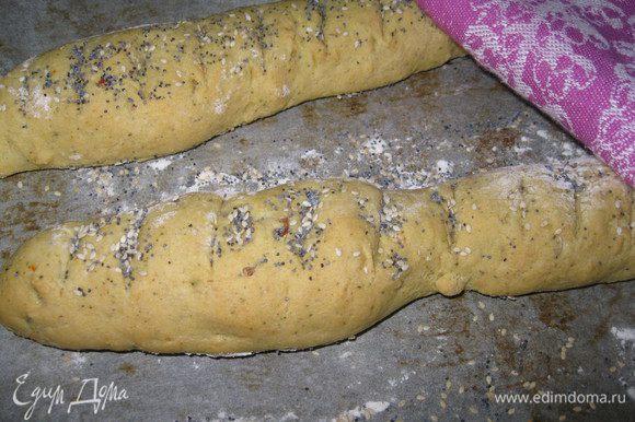 Для начала приготовить багет. У меня обычное дрожжевое тесто (экспромт) с добавлением кукурузной муки. На сайте много подобных рецептов.