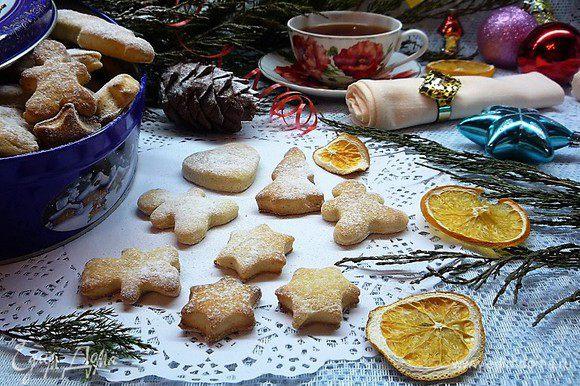 Готовые печенья посыпаем сахарной пудрой и подаем на стол с чаем, молоком или кофе. Приятного аппетита!