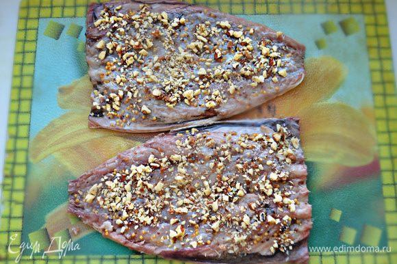 Грецкие орехи мелко порубите и выложите поверх горчицы.