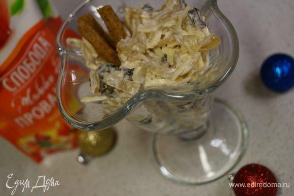 Выкладываем наш салат в красивую посуду и украшаем сухариками. Блюдо готово. Приятного аппетита!