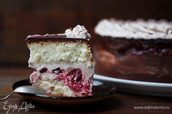 Ставим торт минут на 20 — 30 в холодильник, чтобы глазурь застыла. И наш торт готов!