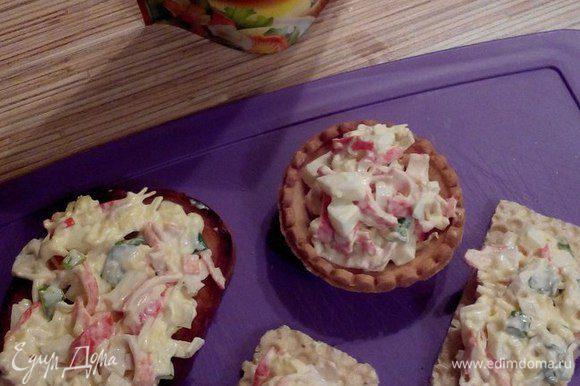 Начинаем формировать наши бутерброды. Наполняем тарталетки, намазываем хлебцы и гренки нашим салатом.
