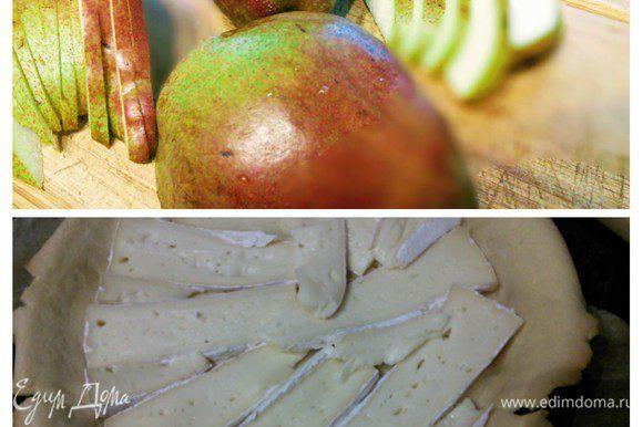 Тем временем нарезать сыр на тонкие ломтики. Так же тонко нарезать груши.