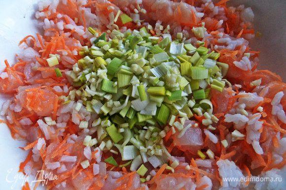Рис заранее отварить. Соединить лук, чеснок, рис и курицу.