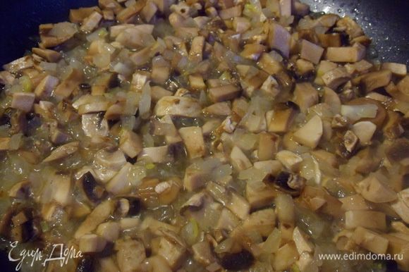 Добавить грибы, перемешать, готовить около 20 минут (до полного выкипания жидкости). Посолить, поперчить.