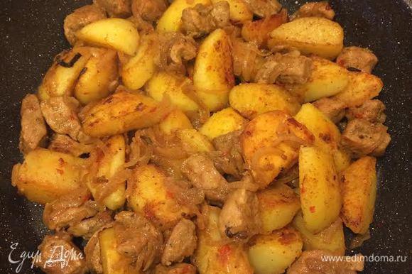 Затем добавить мясо с луком, перемешать, снять с огня и дать настояться минут 5 — 10.