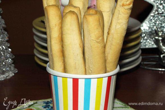 Если осталось немного теста, то можно приготовить хлебные палочки.