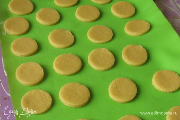 Выдерживаем тесто в холодильнике минимум 30 минут, лучше пару часов, раскатываем. Вырезаем печенья, раскладываем на противень, выпекаем при 180°С 10 — 15 минут.