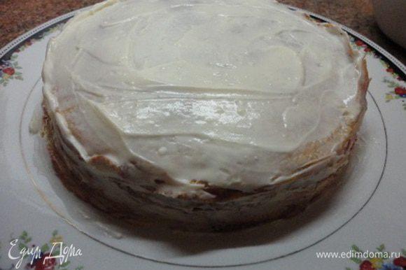 Блинчики укладывать стопкой, промазывая кремом. Набухший желатин распустить на водяной бане и добавить по вкусу сироп вишневого или любого другого варенья. Оставить остывать, чтобы желе немного схватилось и залить им торт.