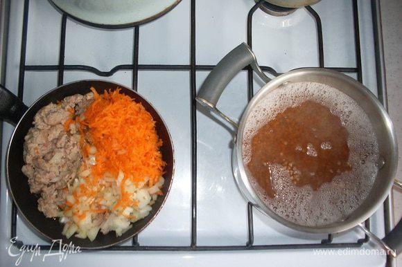 Обжарим фарш в хорошо разогретом масле. Добавим на сковородку морковь и лук. (Можно добавить помидоры, сладкий перец, но мне так больше нравится.)